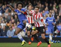 Chelsea's Willian challenges Sunderland's Fabio Borini (R) during their English Premier Le
