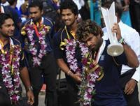 Sri Lanka's Twenty20 cricket captain Lasith Malinga (R) shows the 2014 T20 trophy to fans