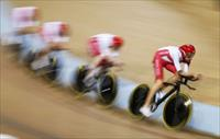 England's Bradley Wiggins (R) leads his team to a silver medal in men's 4000m team pursuit