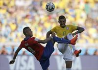Brazil's Luiz Gustavo fights for the ball with Chile's Arturo Vidal during their 2014 Worl