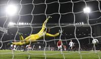 Daley Blind (R) of Manchester United shootspast Boaz Myhill to score against West Bromwich