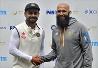 India's captain Virat Kohli (L) shakes hands with the South African captain Hashim Amla af